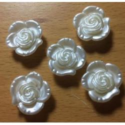 Rose plastikknap i imiteret perlemor. Pose med 5 knapper. Størrelse 15mm