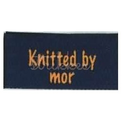 "Label ""knitted by mor"" 5 x 2 cm i blå"