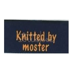 "Label ""knitted by moster"" 5 x 2 cm i blå"