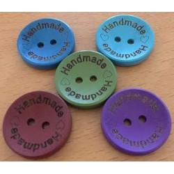 "Træknap med tekst ""Handmade"". Ass farver. Pose med 5 knapper, 25mm"