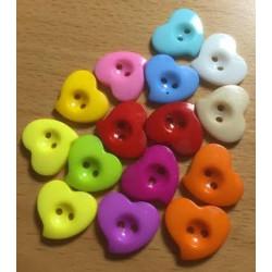 'Skævt' hjerte plastknapper, Pose med 15 blandede farver 13.5 x 12mm